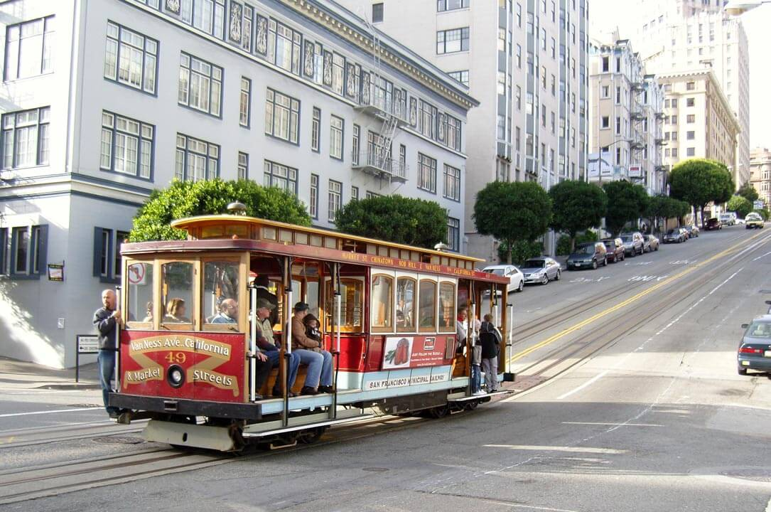 San-Francisco-Cable-Car-on-Pine-Street